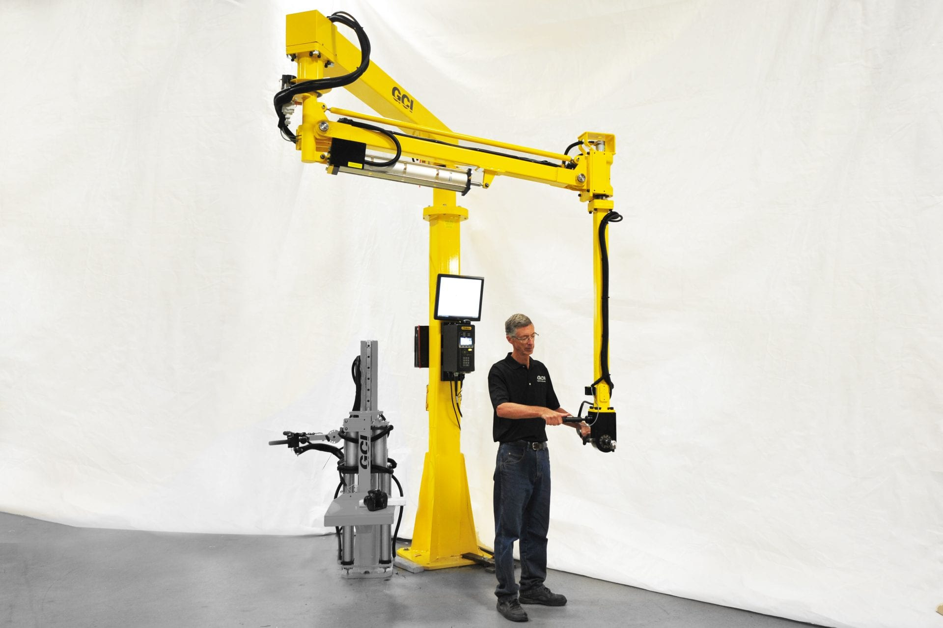 An operator runs a 1000 Nm GCI smart torque reaction arm.